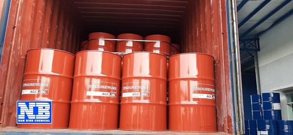 Hóa chất Perchloroethylene được chứa trong những thùng phuy màu sắc sặc sỡ để phân biệt với các hóa chất khác