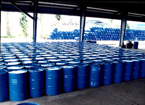 Hóa chất Vinyl Acetate Monomer được đựng trong thùng chứa